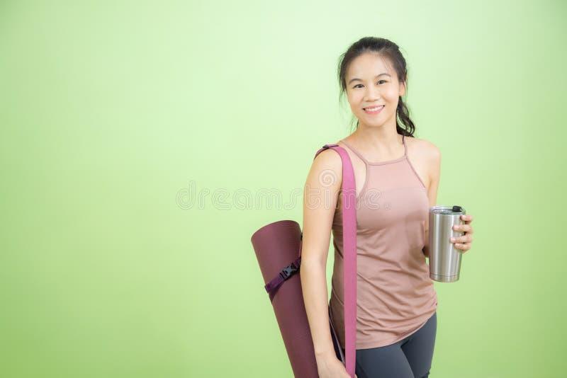 Молодой азиатский инструктор йоги стоковые изображения