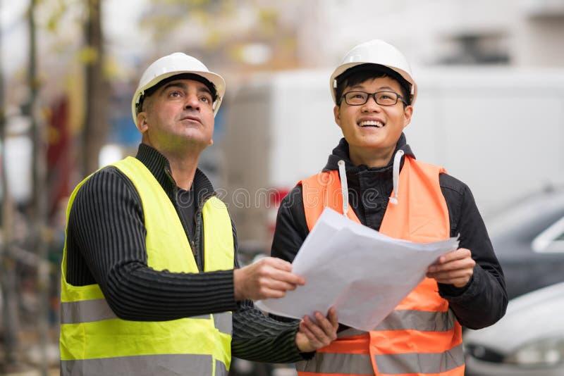 Молодой азиатский подмастерье на работе с старшим инженером стоковое фото rf
