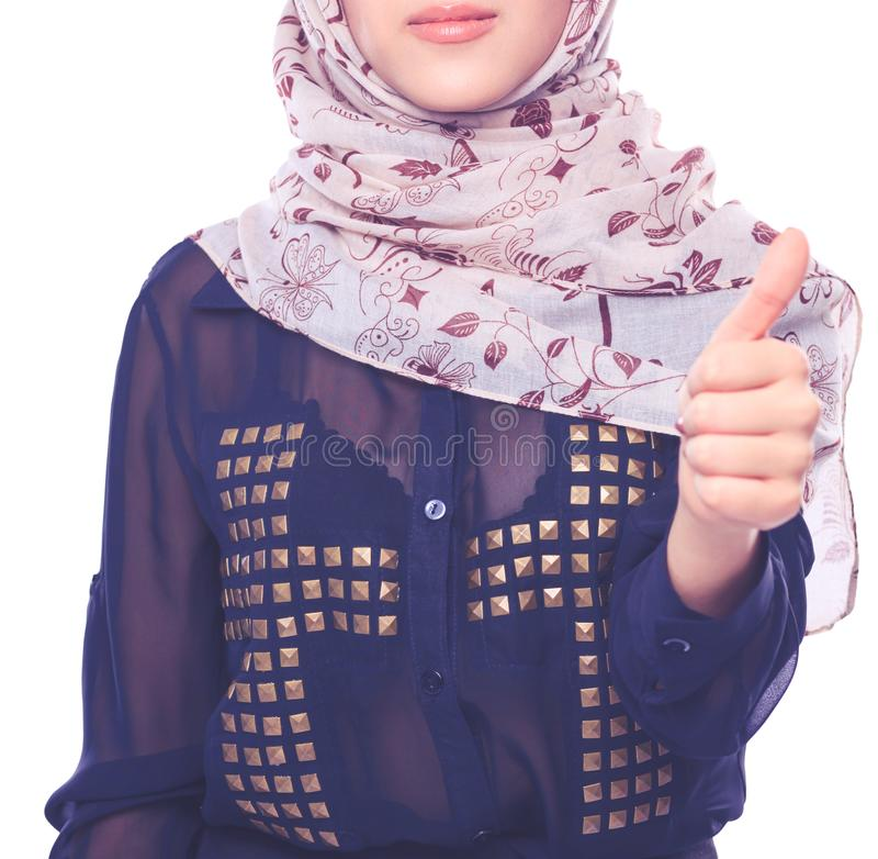 Молодой азиатский портрет женщины нося красный главный шарф Молодая азиатская женщина стоковое изображение