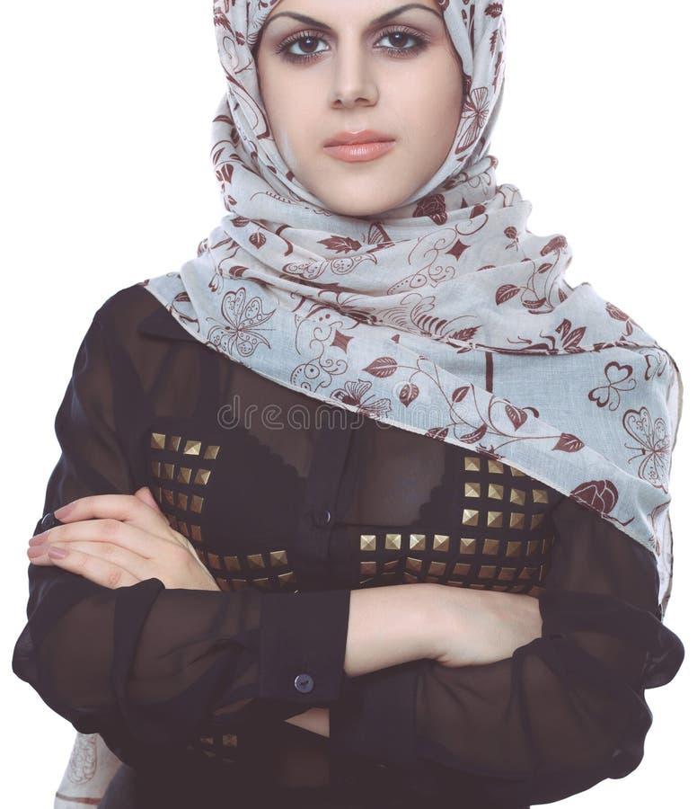 Молодой азиатский портрет женщины нося красный главный шарф Молодая азиатская женщина стоковая фотография