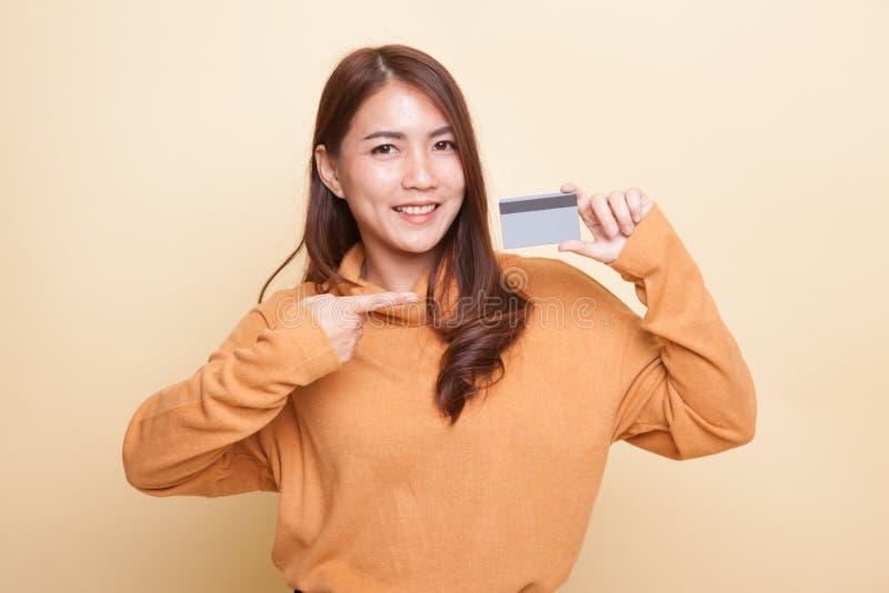 Молодой азиатский пункт женщины к пустой карточке стоковая фотография rf