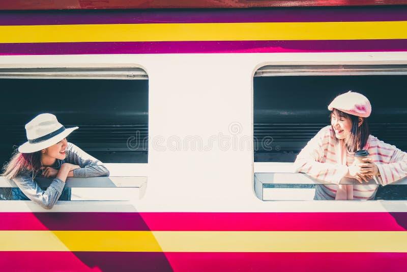 Молодой азиатский путешественник 2 принимая поезд для отключения в выходные стоковая фотография