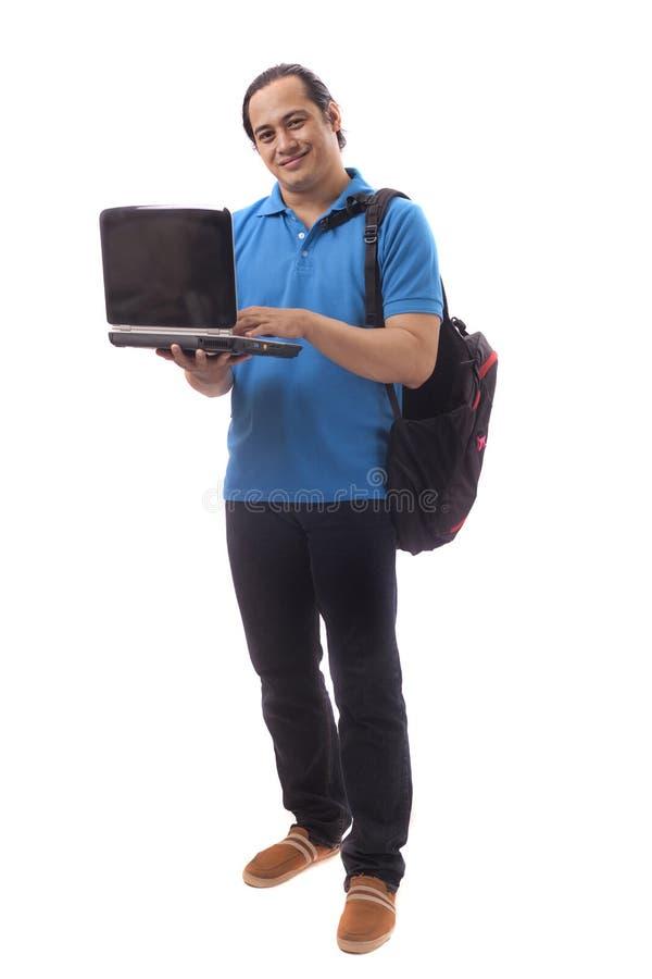 Молодой азиатский студент с ноутбуком Усмехаться счастливо стоковое изображение