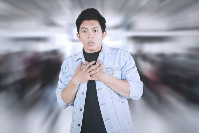 Молодой азиатский человек имея сердечный приступ стоковые фото