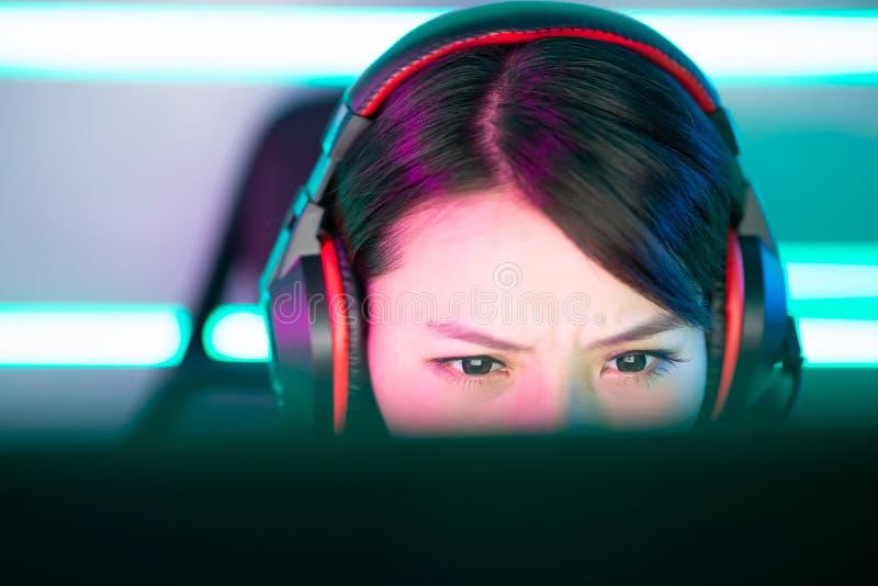 Молодой азиатский gamer спорта кибер стоковое фото rf