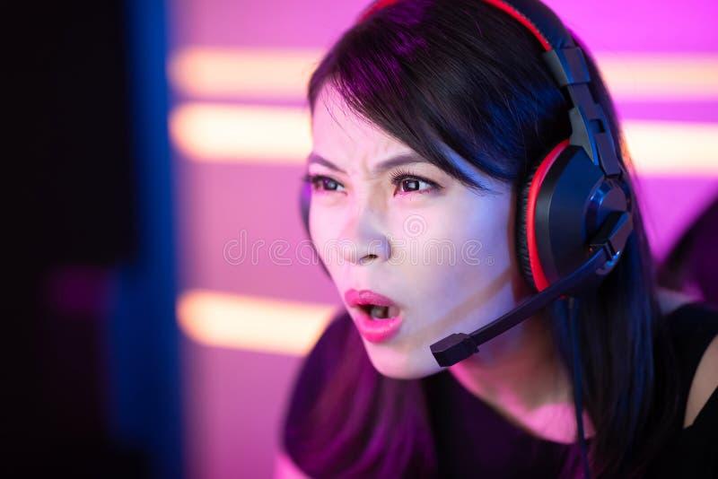 Молодой азиатский gamer спорта кибер стоковые фото