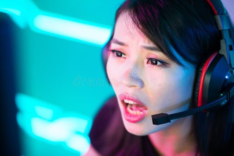 Молодой азиатский gamer спорта кибер стоковая фотография