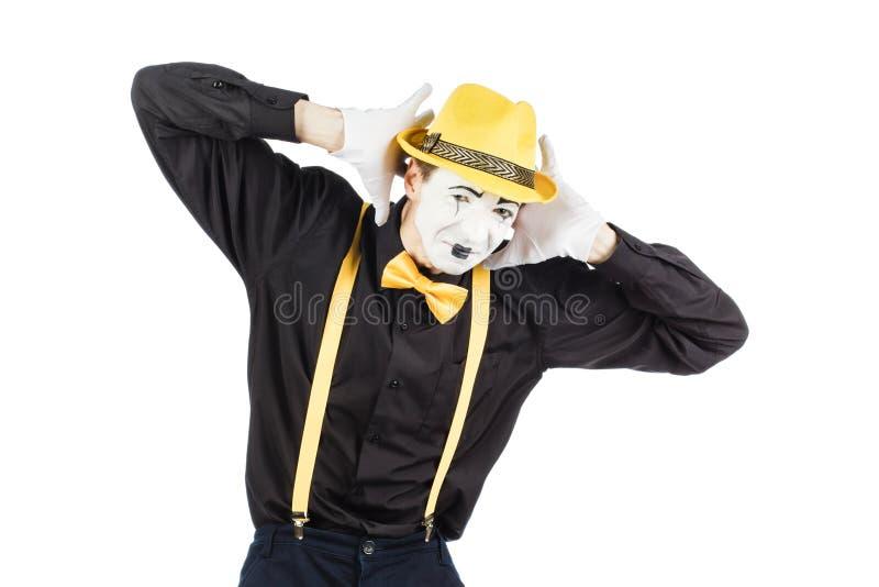 Молодой актер, пантомима, закрывает его руки за его ушами, он стоковые изображения rf