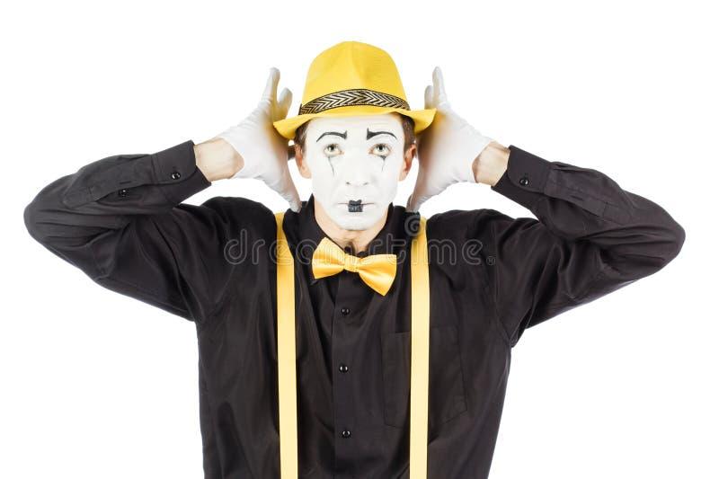 Молодой актер, пантомима, закрывает его руки за его ушами, он стоковое изображение rf