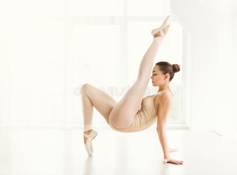Молодой артист балета выполняя тренировку стоковые изображения rf