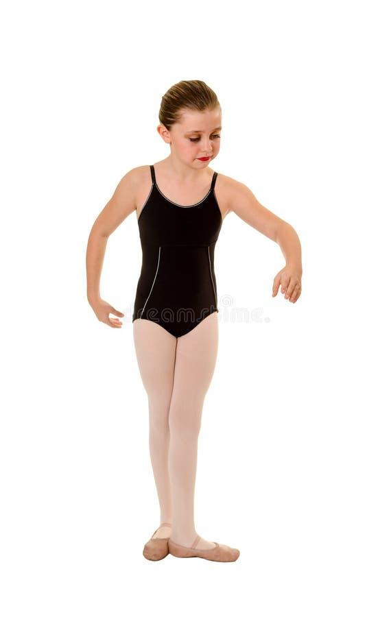 Молодой артист балета практикует положения стоковые фото