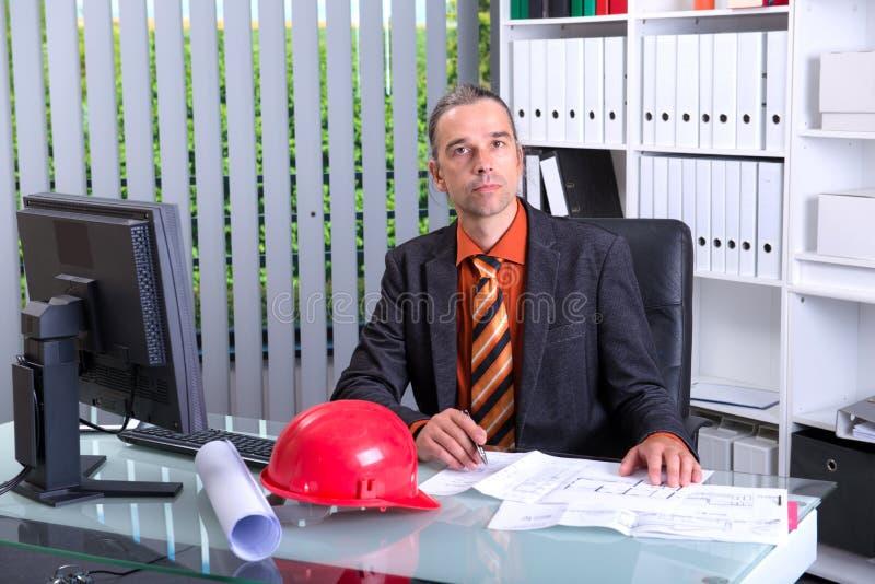 Молодой архитектор на его столе стоковое изображение rf