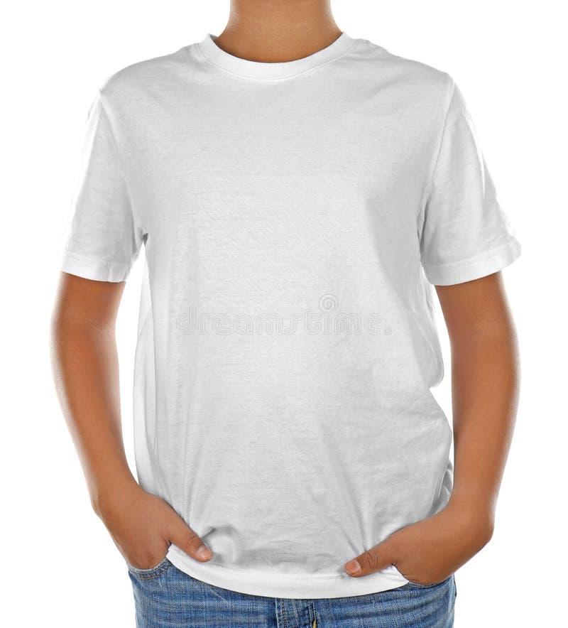 Молодой Афро-американский мальчик в пустой белой футболке стоковое изображение rf