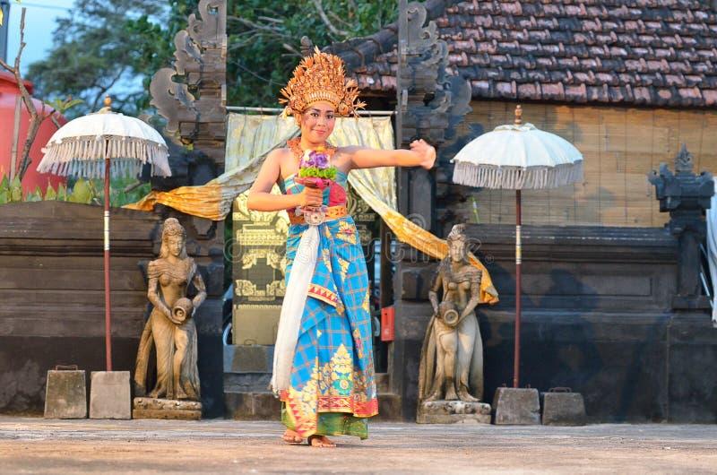 Молодой балийский женский танцор выполняя традиционный танец стоковые фотографии rf