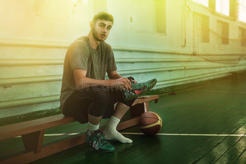 Молодой баскетболист в баскетбольной площадке стоковые фотографии rf
