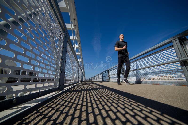 Молодой бег спортсмена на открытом воздухе стоковая фотография