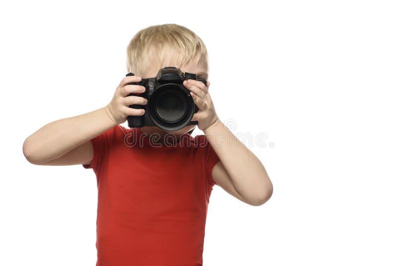 Молодой белокурый мальчик с камерой Портрет, изолированный на белой предпосылке стоковая фотография rf