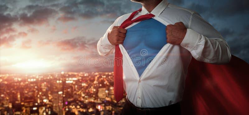 Молодой бизнесмен действуя как супергерой стоковая фотография rf