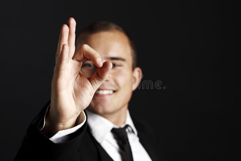 Молодой бизнесмен на черноте стоковое фото rf