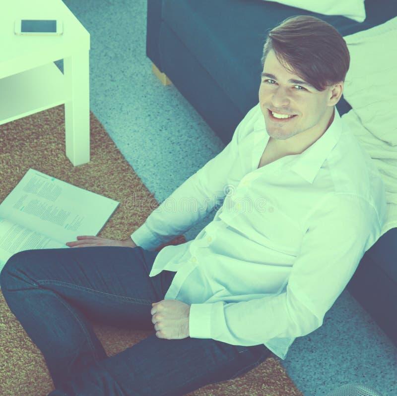 Молодой бизнесмен работая в офисе, сидя на столе стоковые фотографии rf