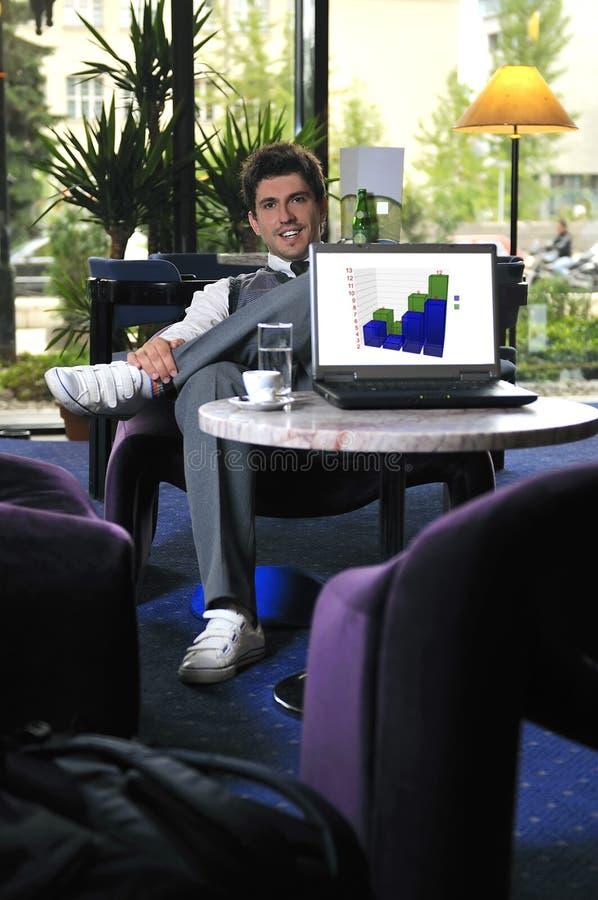 Молодой бизнесмен работая на компьтер-книжке стоковые фото