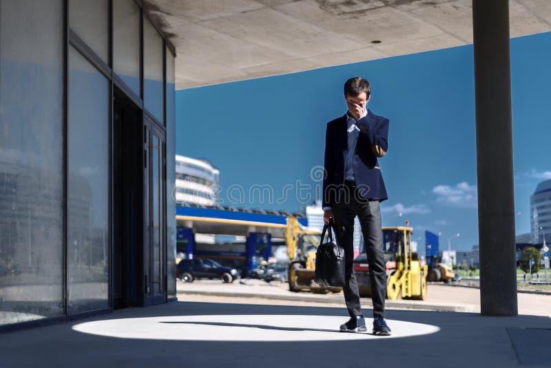 Молодой бизнесмен расстроенное страдая отказ в финансах стоковые фотографии rf