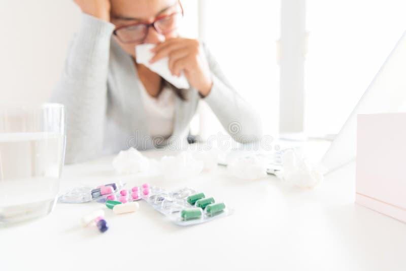 Молодой больной в офисе, рука бизнес-леди держа ткань s стоковые фотографии rf