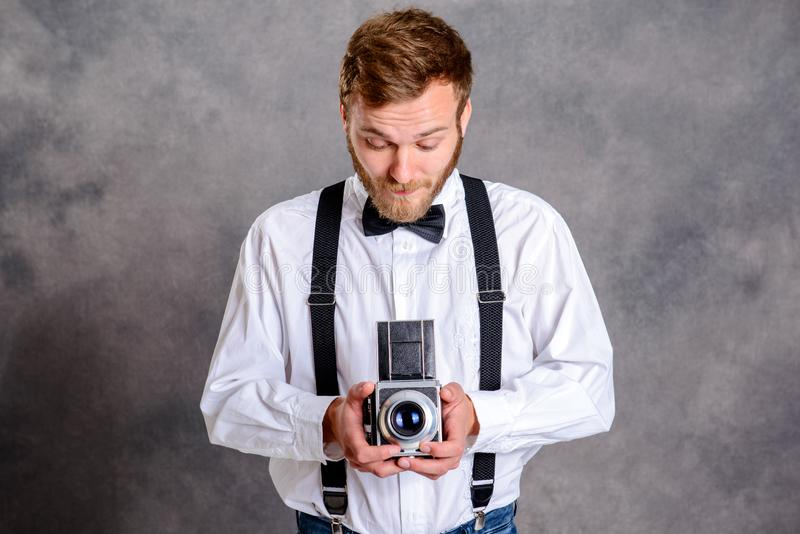 Молодой бородатый человек с старой камерой стоковое изображение rf