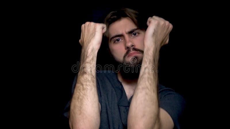 Молодой бородатый человек хипстера изолированный над черной предпосылкой пока слушая музыка и танцевать Привлекательный молодой ч стоковые фото