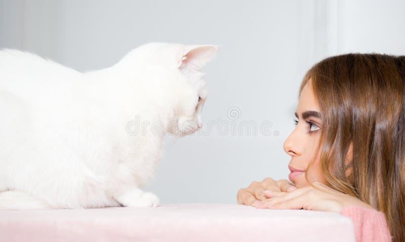 Молодой брюнет с ее котом стоковые фотографии rf