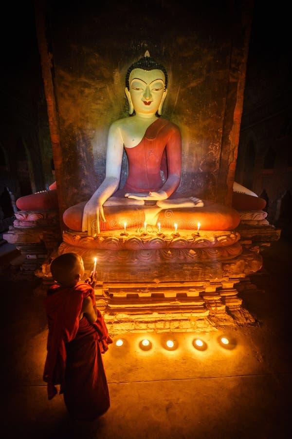 Молодой буддийский монах послушника уча буддийское преподавательство внутри понедельника стоковые фотографии rf