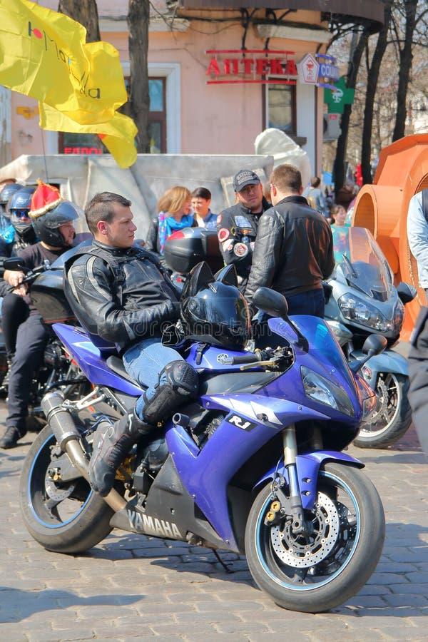 Молодой водитель мотоцикла ослабил перед движением стоковые изображения rf