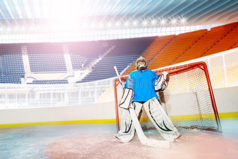 Молодой вратарь защищая его сеть во время хоккея стоковая фотография rf