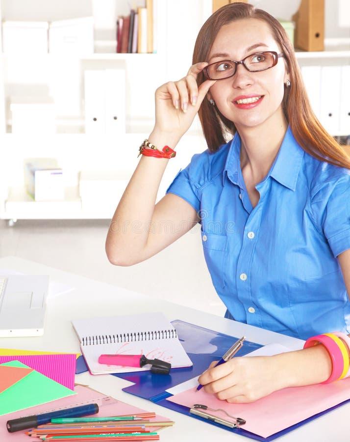 Молодой график-дизайнер работая на компьтер-книжке используя таблетку дома стоковые изображения rf