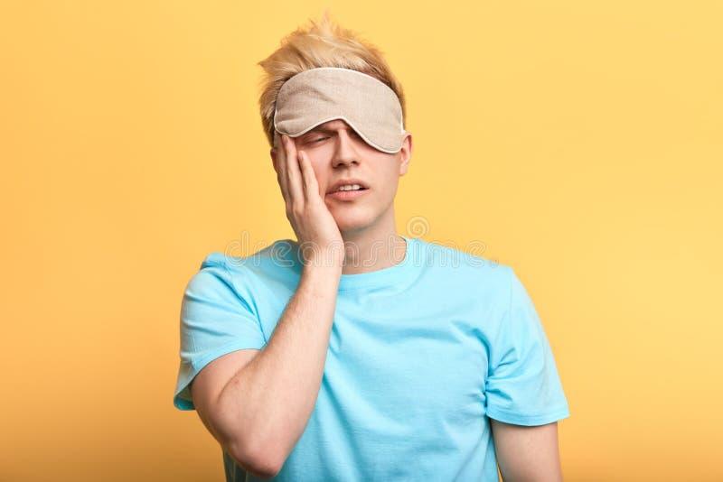 Молодой грустный несчастный человек не может проспать вверх, получает вверх в утре стоковая фотография rf