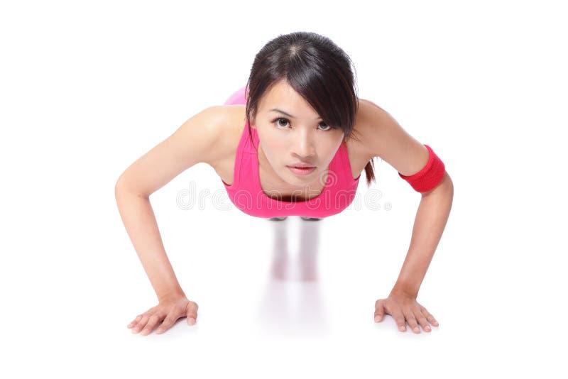 Молодой делать женщины спорта нажимает вверх стоковые фото