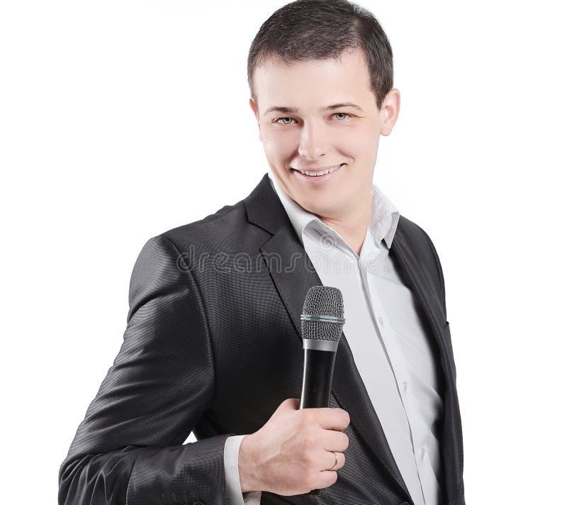 Молодой диктор с микрофоном белизна изолированная предпосылкой стоковые фотографии rf