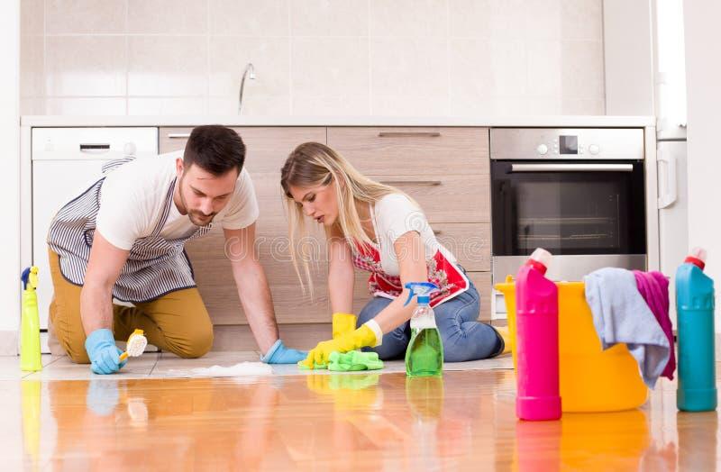 Молодой дом чистки пар совместно стоковое фото rf