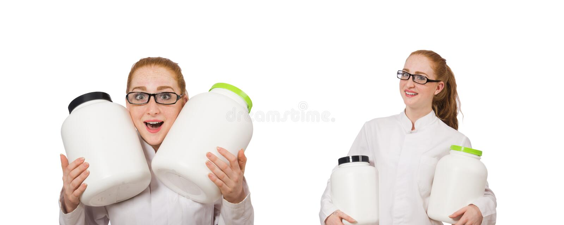 Молодой женский доктор держа опарник протеина изолированный на белизне стоковые изображения