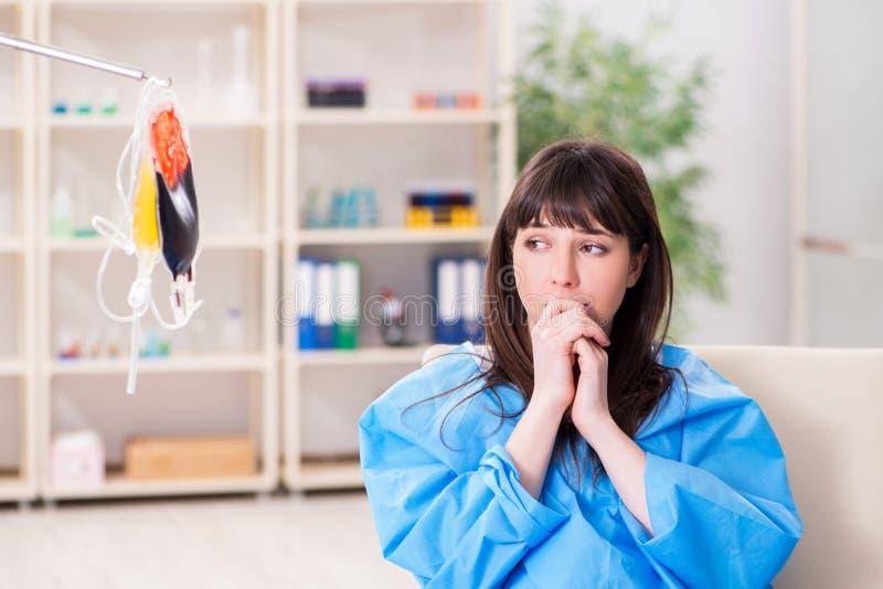 Молодой женский доктор с сумкой плазмы крови в больнице стоковая фотография rf