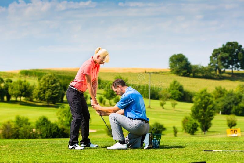Молодой женский игрок гольфа на курсе стоковая фотография