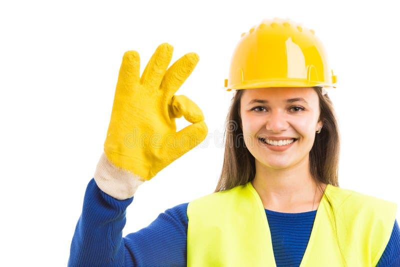 Молодой женский конструктор показывая одобренный знак стоковая фотография rf