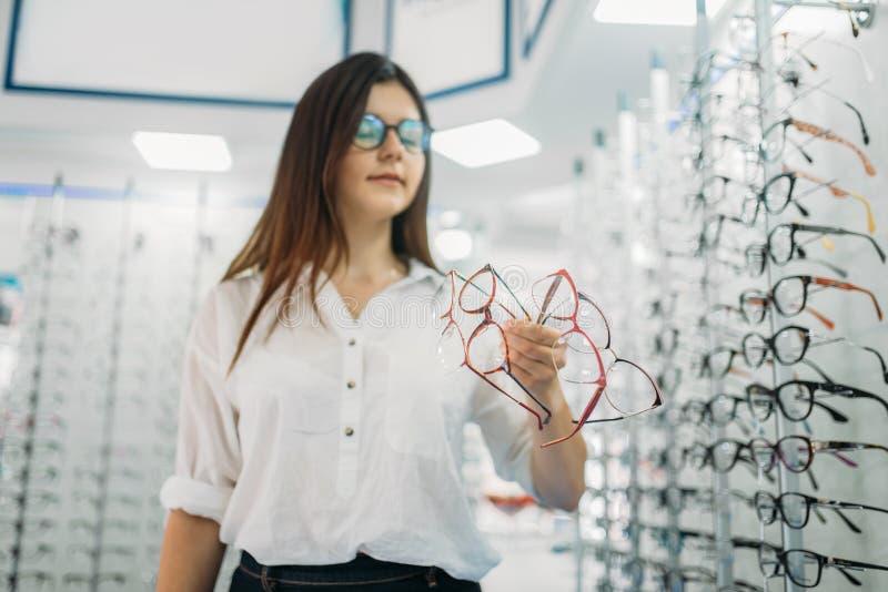 Молодой женский покупатель держит много стекел в руке стоковая фотография
