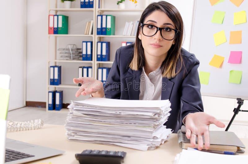 Молодой женский работник в противореча концепции приоритетов стоковые изображения