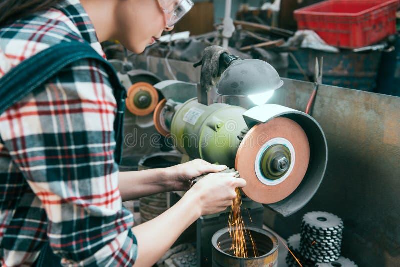 Молодой женский работник компании филировальной машины стоковые фотографии rf
