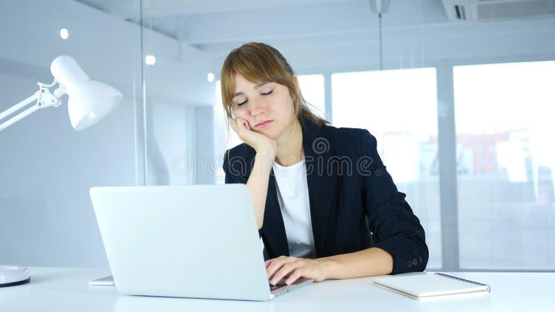 Молодой женский спать на работе с болью шеи, рабочей нагрузкой стоковое изображение