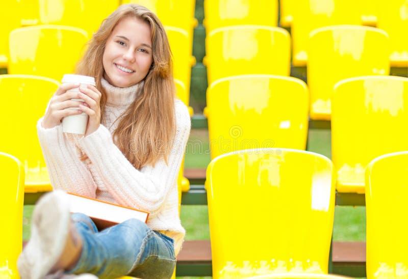 Молодой женский студент имея остальные напольные. стоковые изображения rf