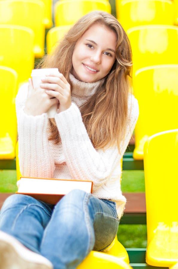 Молодой женский студент имея остальные напольные. стоковая фотография