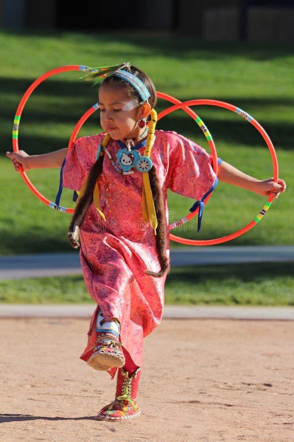 Молодой женский танцор обруча стоковые изображения