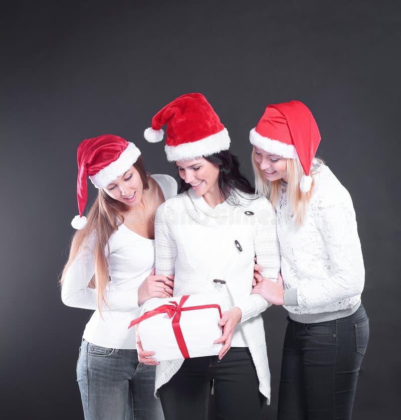 3 молодой женщины в костюме Санта Клауса с рождеством ходят по магазинам стоковая фотография rf